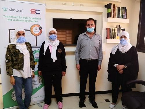 موزع نظام إدارة المدارس سكوليرا في الأردن أثناء تثبيته بمدرسة طريق العباقرة