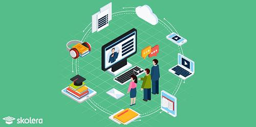 التعليم المرن - طالبة سعيدة بالاستماع إلى صوت المعلمة عبر المايك من خلال التعليم الإلكتروني المتزامن - الدروس المباشرة تعزز التواصل بين الطلاب والمعلم